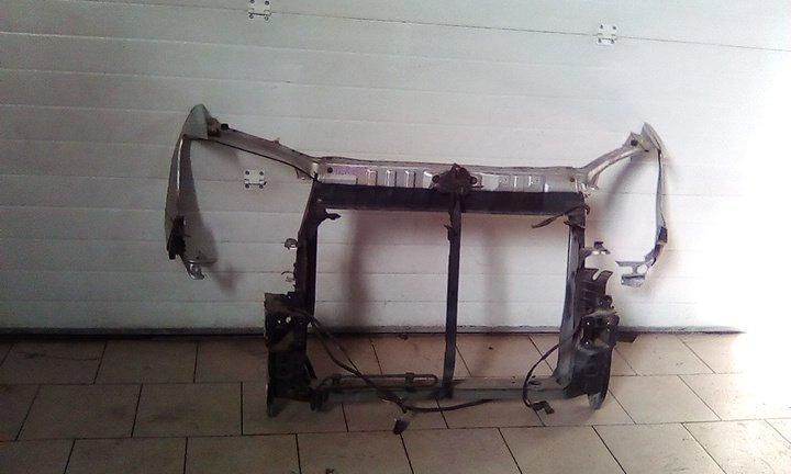 Рамка радиатора Toyota Noah AZR60 1AZ 2001 передняя
