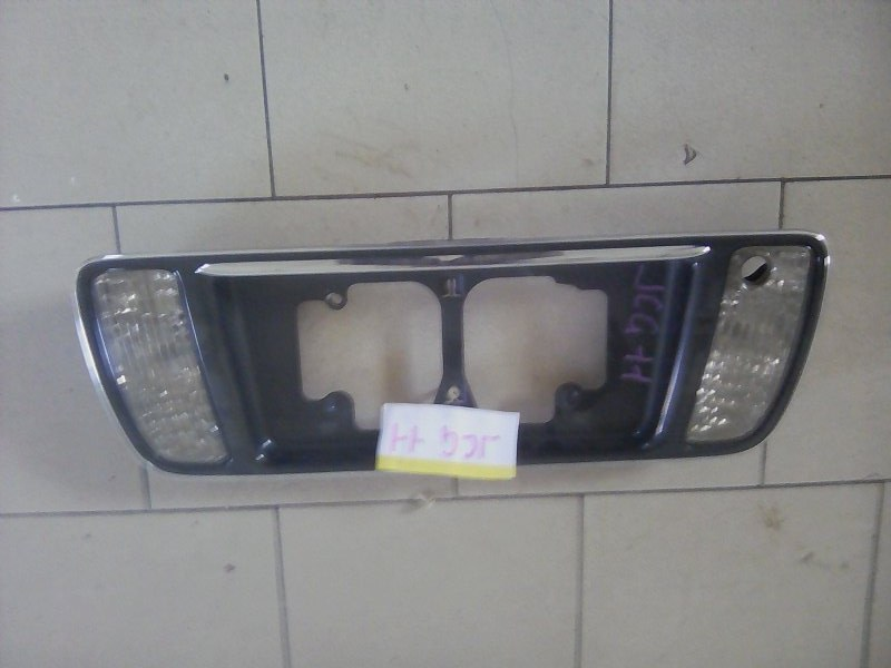 Накладка крышки багажника Toyota Progres JCG10 1JZ 2001 задняя
