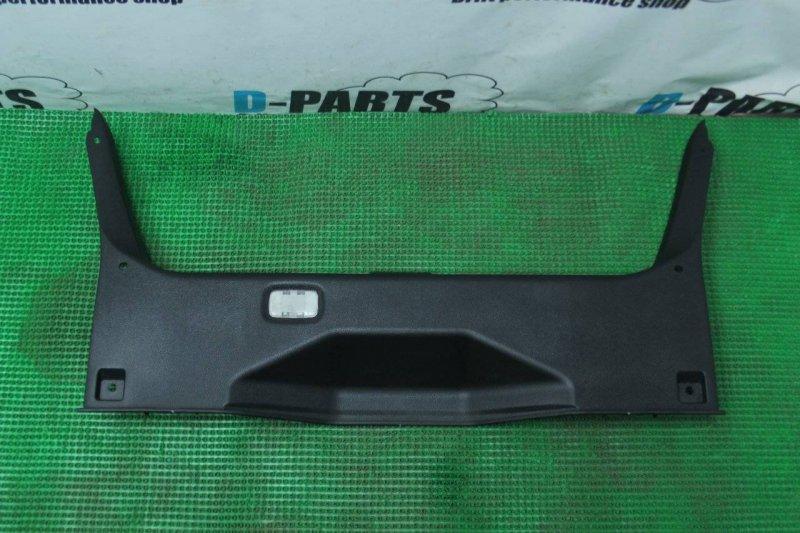 Пластик замка багажника Nissan Fuga 50