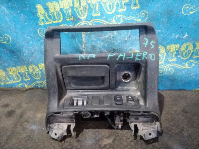 Консоль магнитофона Mitsubishi Pajero V75W