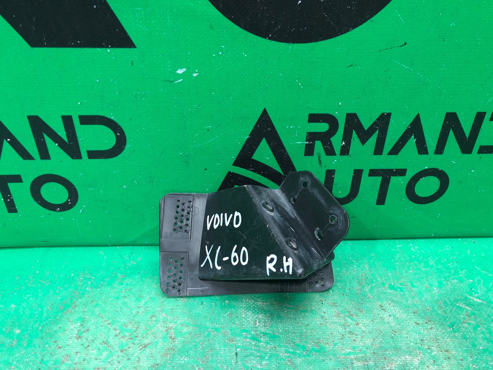 Кронштейн форсунки омывателя Volvo Xc60 1 2008 правый (б/у)