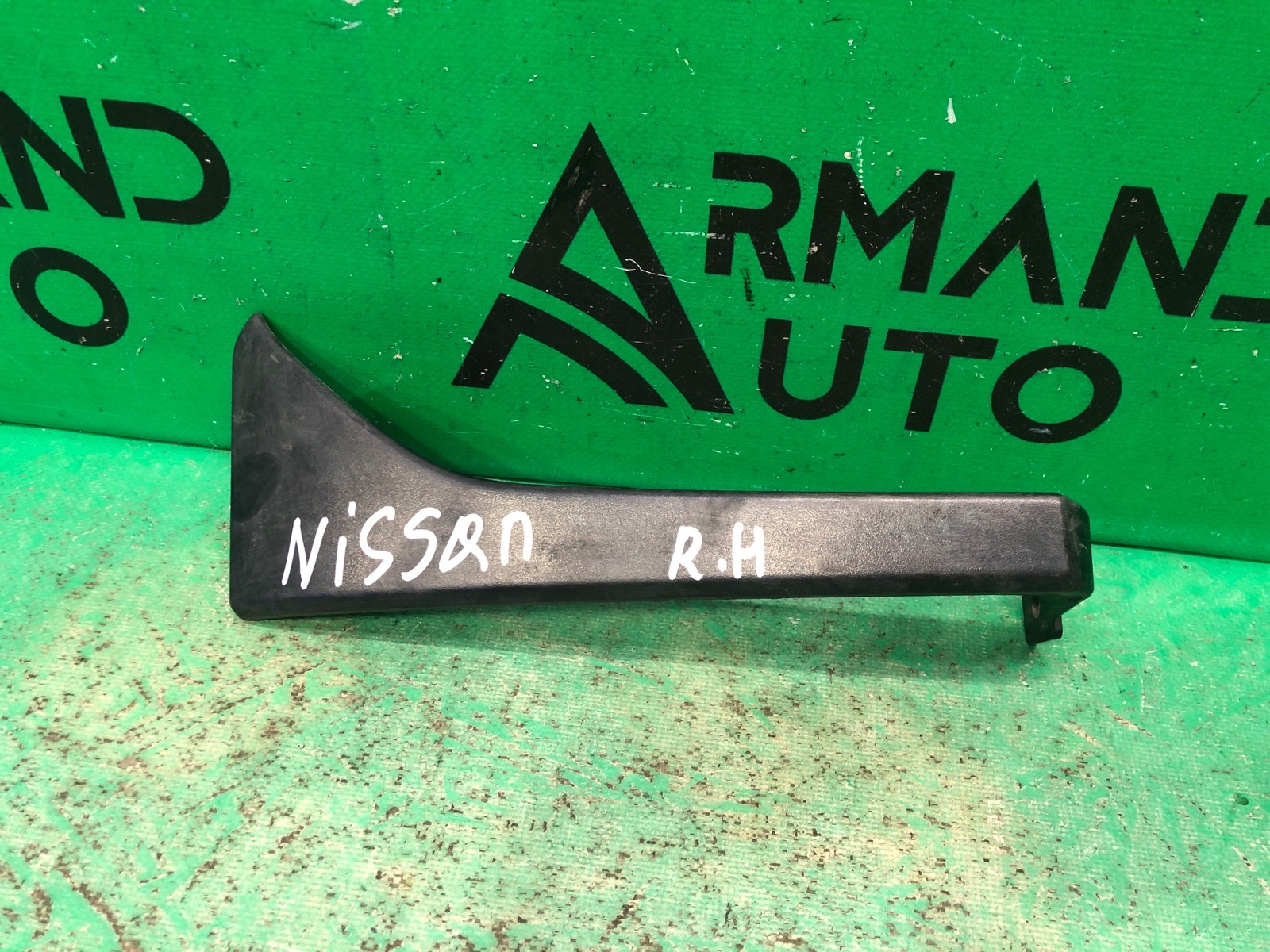Кронштейн фары Nissan Cabstar 1 2013 правый (б/у)