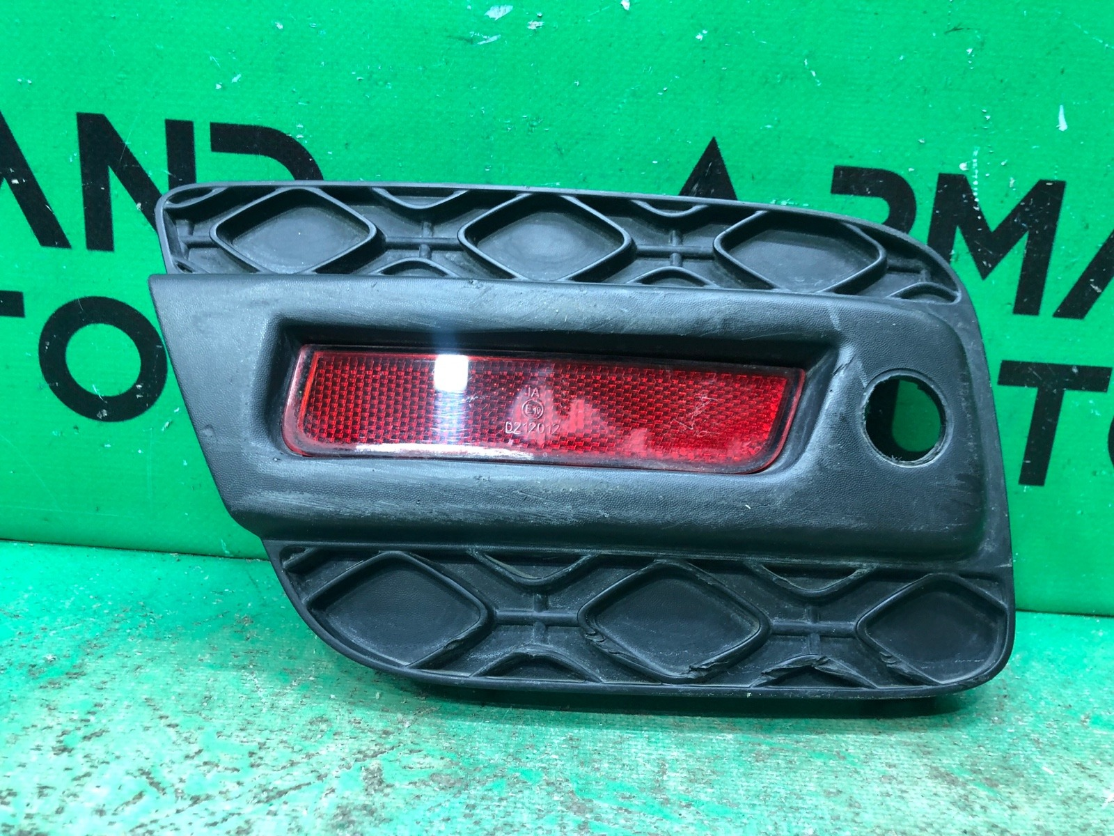 Накладка бампера Renault Sandero Stepway 2 2014 задняя правая (б/у)