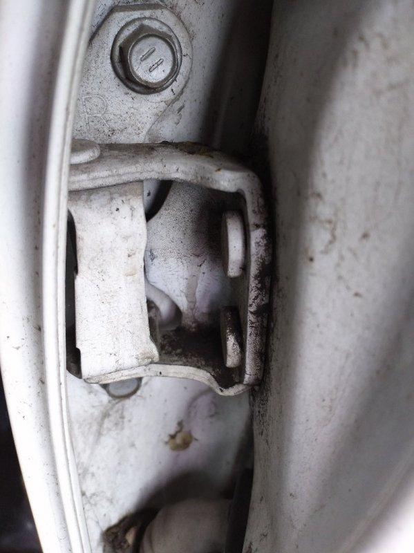 Петли на дверь Toyota Ipsum ACM21 задние правые верхние (б/у)