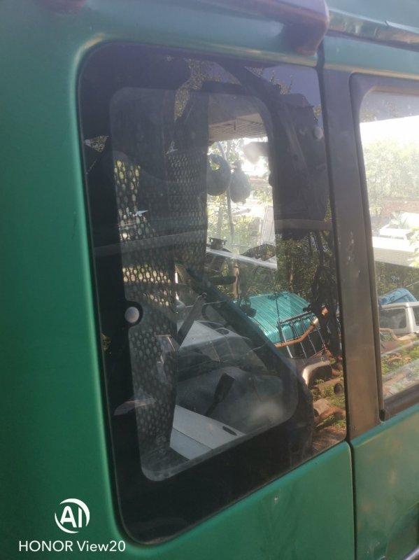 Уплотнительная резинка стекла Nissan Ud CV450 правая (б/у)