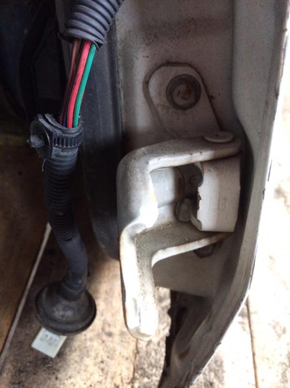 Петли на дверь Mazda Titan WHF36 передние левые нижние (б/у)