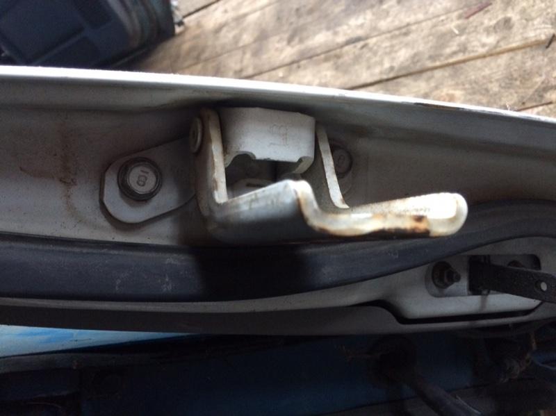Петли на дверь Mazda Titan WHF36 передние левые верхние (б/у)