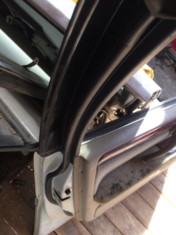 Уплотнительная резинка дверей Toyota Crown JZS171 передняя левая (б/у)