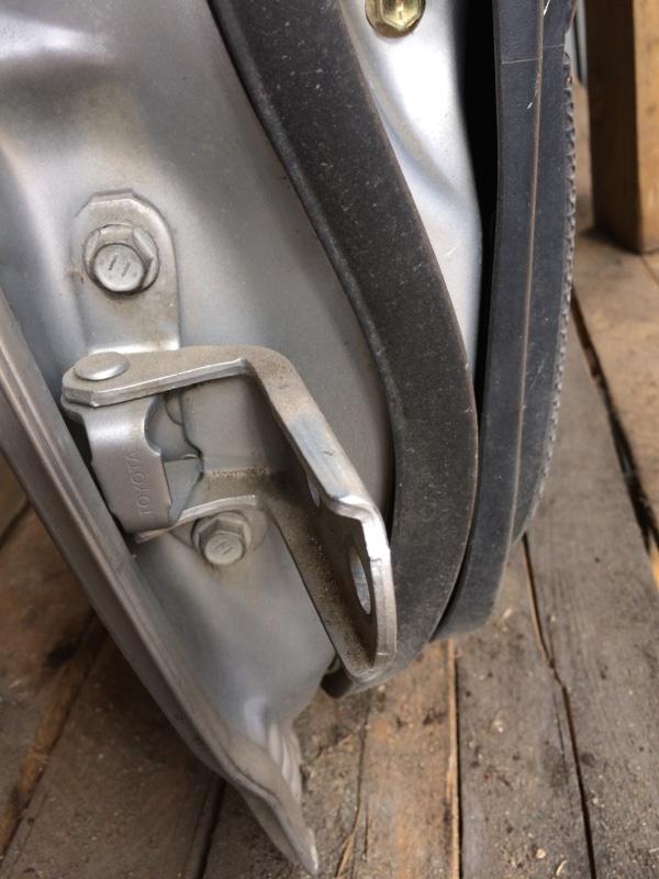 Петли на дверь Toyota Corolla Runx NZE121 задние правые нижние (б/у)