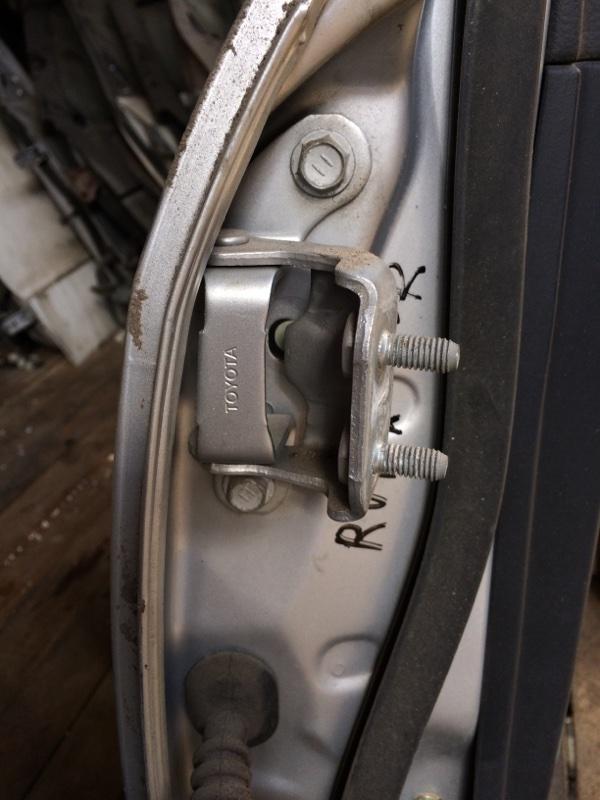 Петли на дверь Toyota Corolla Runx NZE121 задние правые верхние (б/у)
