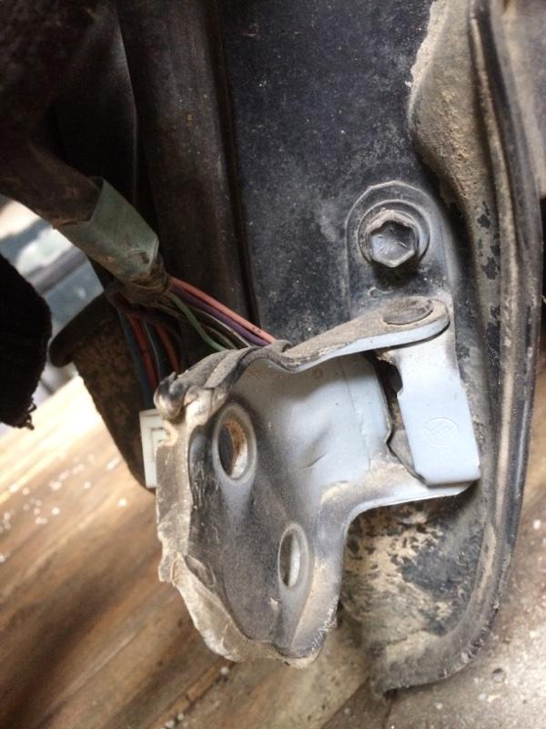 Петли на дверь Toyota Hilux Surf KZN130 передние левые нижние (б/у)