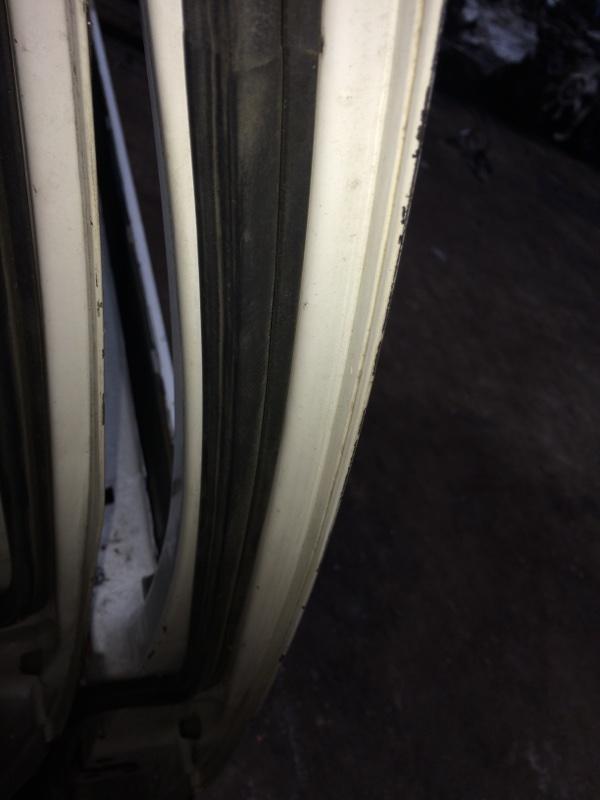 Уплотнительная резинка дверей Nissan Datsun BMD21 передняя правая (б/у)