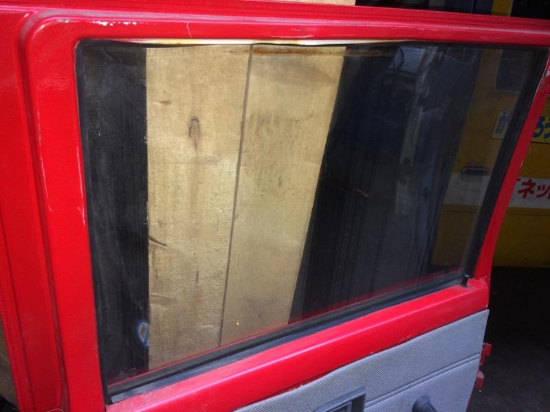 Стекло двери Mitsubishi Canter FE337 заднее левое (б/у)