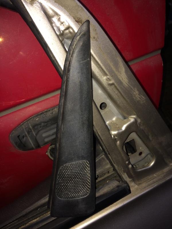 Уголок двери Toyota Ipsum ACM21 передний правый (б/у)