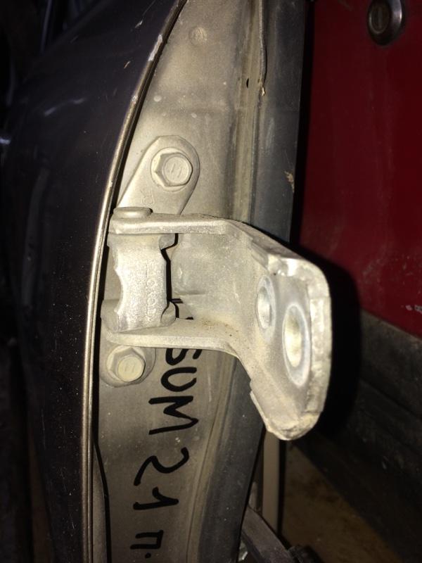 Петли на дверь Toyota Ipsum ACM21 передние правые верхние (б/у)