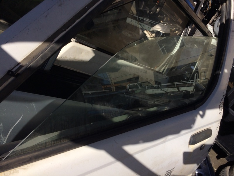 Стекло двери Nissan Datsun LFD22 переднее левое (б/у)