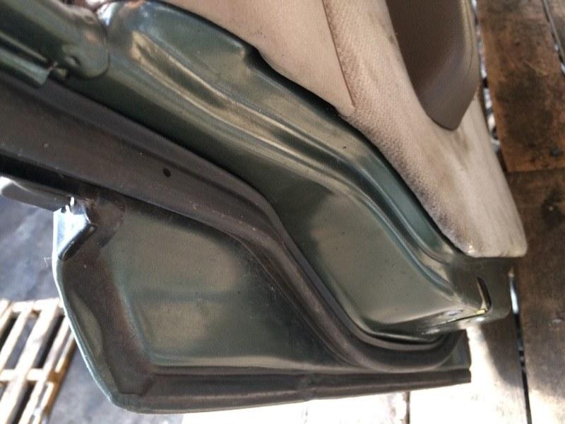 Уплотнительная резинка дверей Nissan Caravan ARE24 передняя левая (б/у)