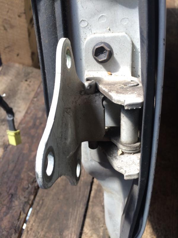 Петли на дверь Isuzu Elf NKR81 передние левые нижние (б/у)