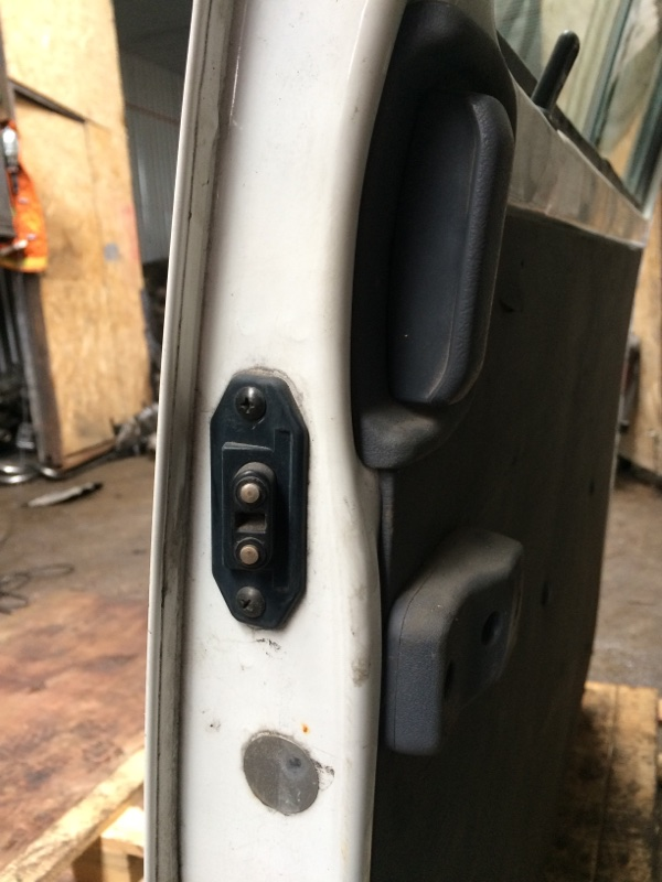 Доводчик двери Nissan Vanette SKF2MN задний правый (б/у)