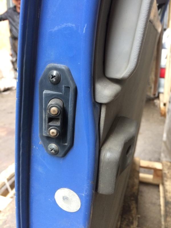Доводчик двери Mazda Bongo SS28 задний правый (б/у)
