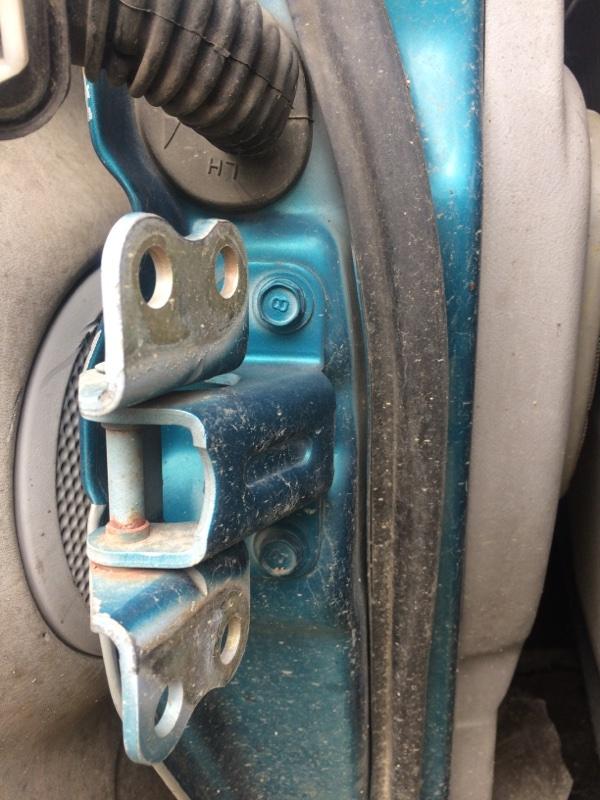 Петли на дверь Mitsubishi Delica PE8W передние правые нижние (б/у)