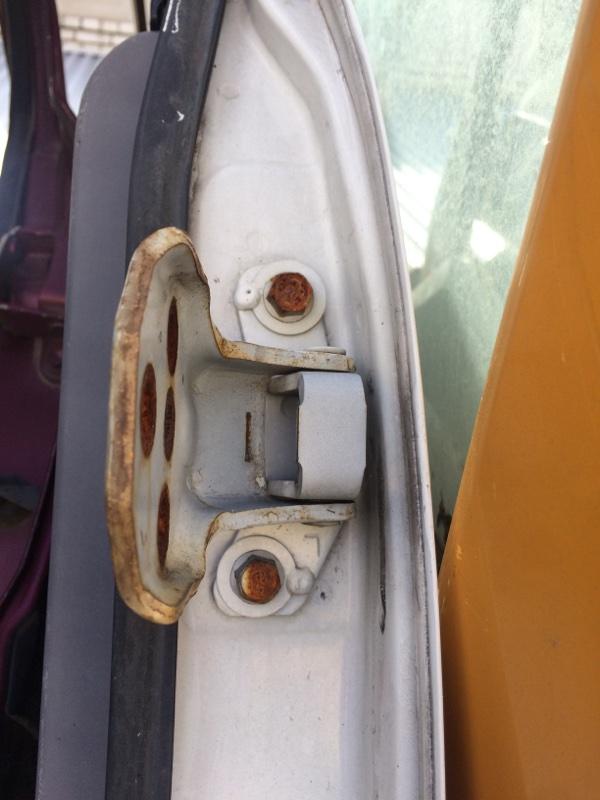 Петли на дверь Mazda Bongo SS88 передние левые верхние (б/у)