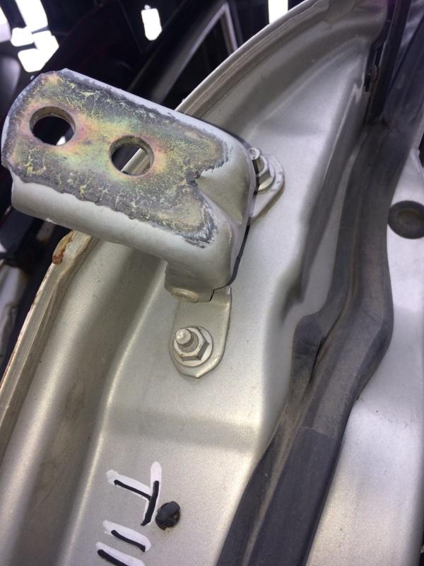 Петли на дверь Nissan Tiida C11 передние правые верхние (б/у)