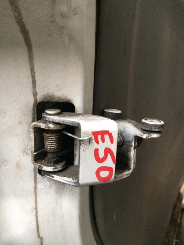 Ролик двери Nissan Elgrand E50 задний левый (б/у)