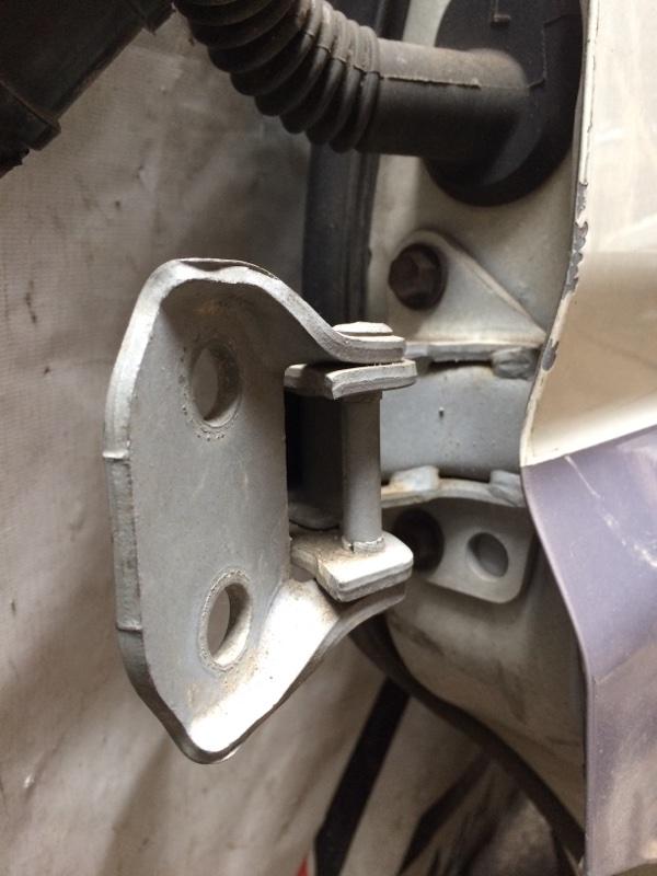 Петли на дверь Toyota Granvia KCH16 передние левые нижние (б/у)