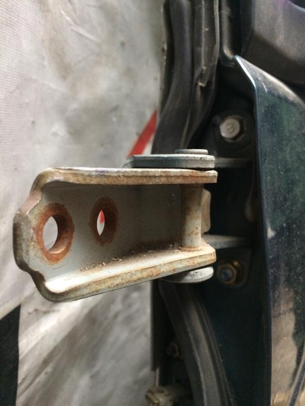 Петли на дверь Mazda Bongo Friendee SG5W передние левые верхние (б/у)