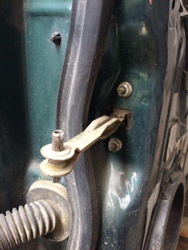 Ограничитель двери Isuzu Bighorn UBS69 передний правый (б/у)