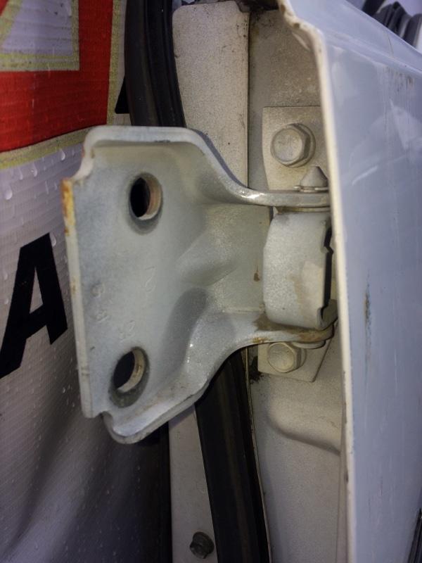 Петли на дверь Suzuki Escudo TA01W передние левые верхние (б/у)