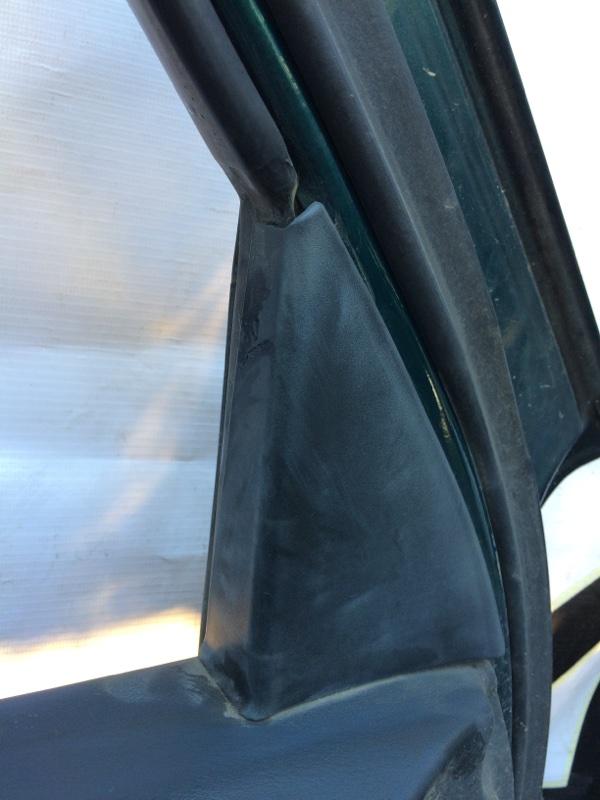 Уголок двери Nissan Largo NW30 передний левый (б/у)