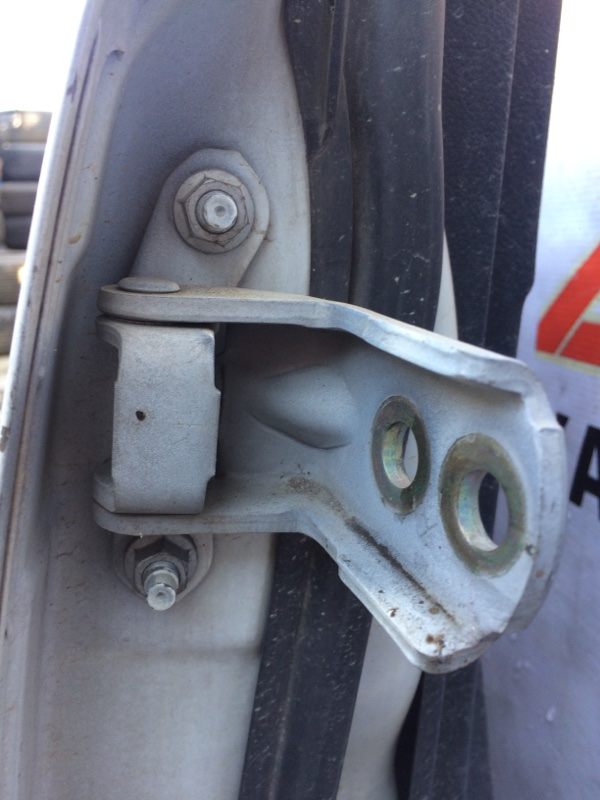 Петли на дверь Nissan Serena NC25 передние правые верхние (б/у)