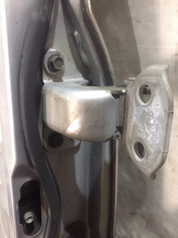 Петли на дверь Toyota Granvia KCH16 передние левые верхние (б/у)