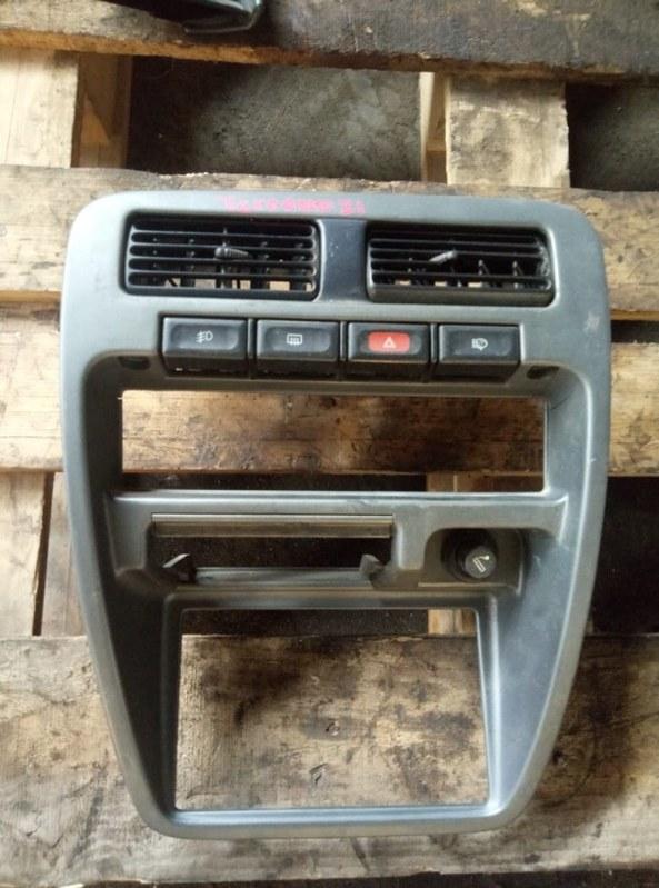 Консоль центральная Nissan Terrano D21 (б/у)