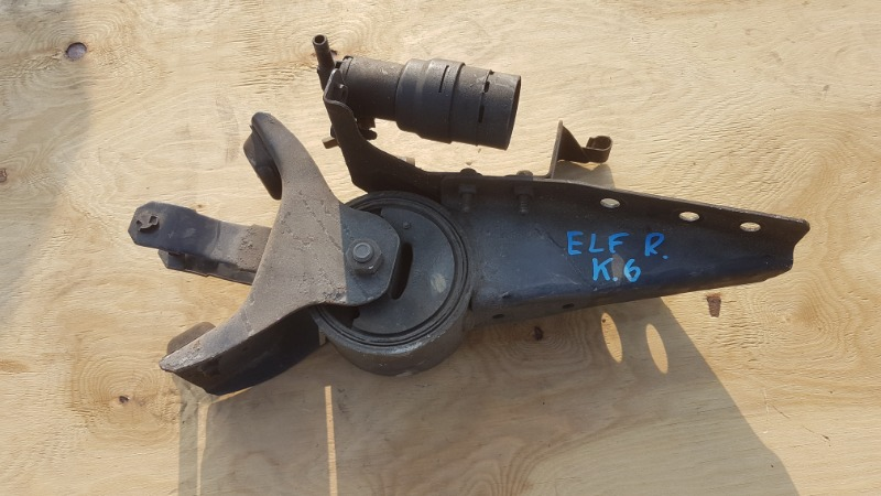 Крепление кабины грузовика Isuzu Elf NKR81 4HL1 заднее правое (б/у)
