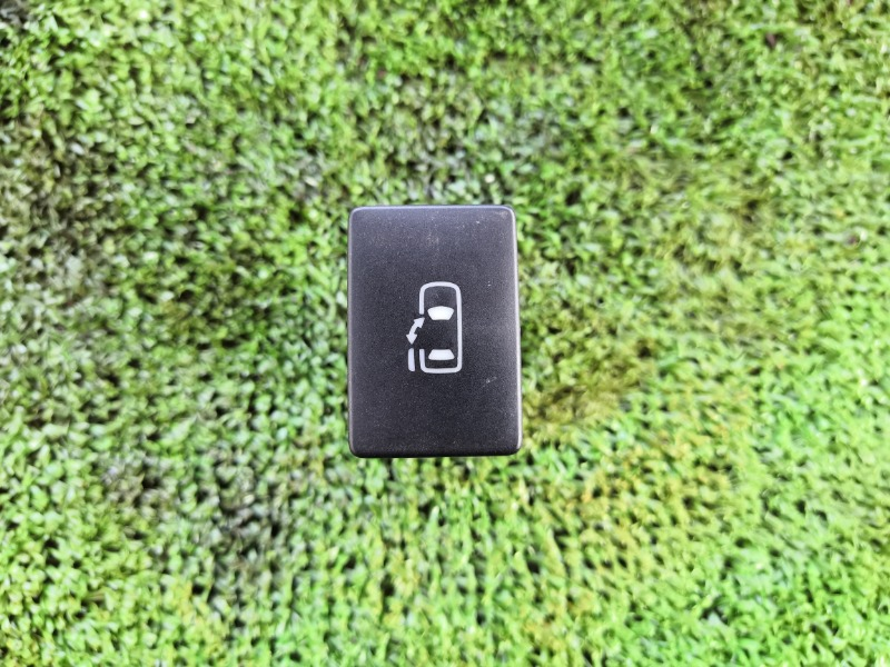 Кнопка сдвижной двери Toyota Voxy ZRR70 задняя левая (б/у)