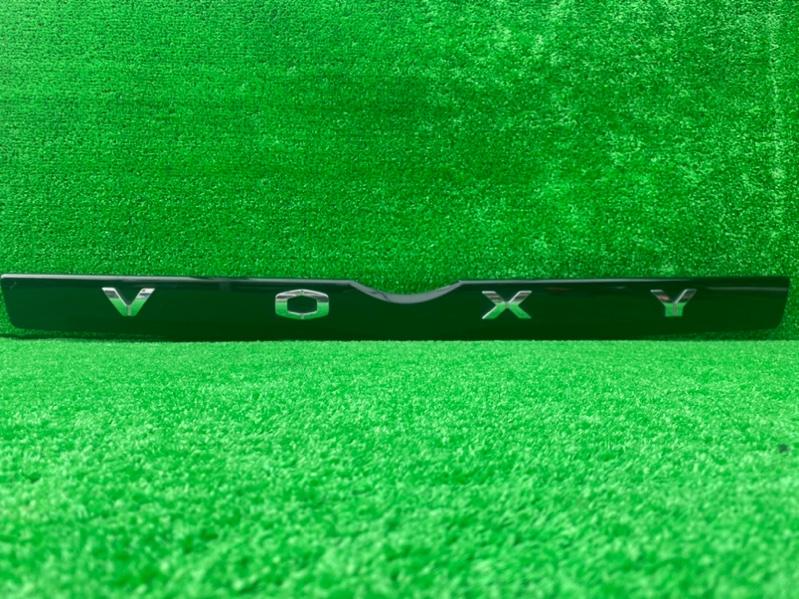Накладка 5-й двери Toyota Voxy ZRR70 задняя (б/у)