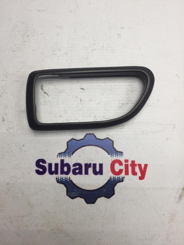 Пластик вокруг ручки салона Subaru Legacy BE EJ20 2001 левый (б/у)