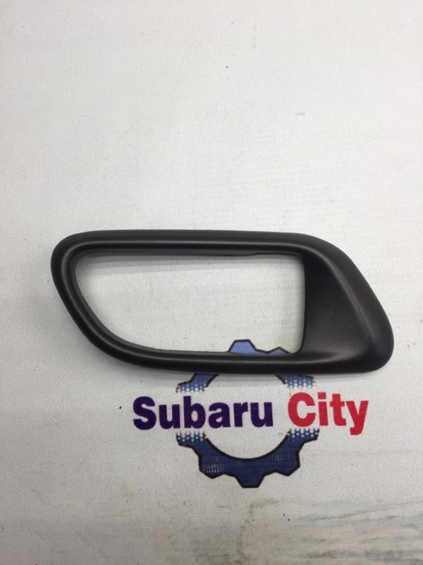 Пластик вокруг ручки салона Subaru Forester SG EJ20 2004 правый (б/у)