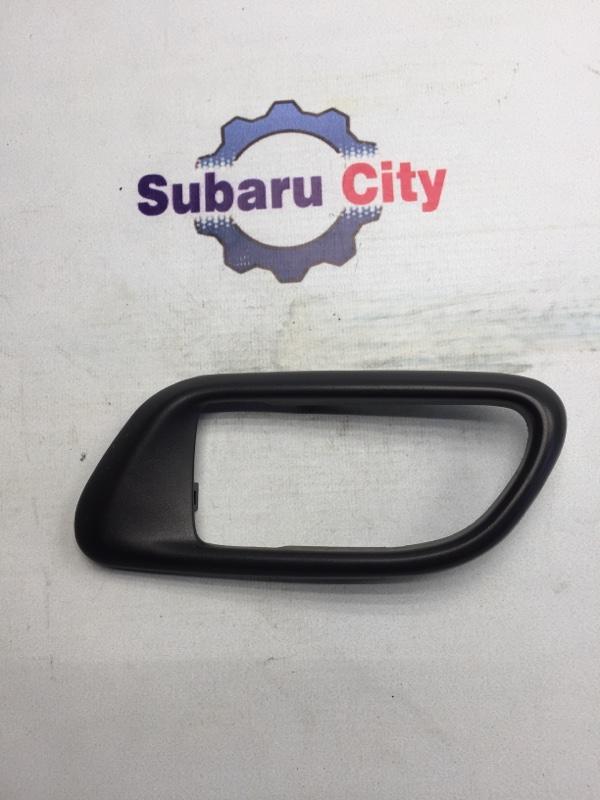 Пластик вокруг ручки салона Subaru Forester SG EJ20 2004 левый (б/у)