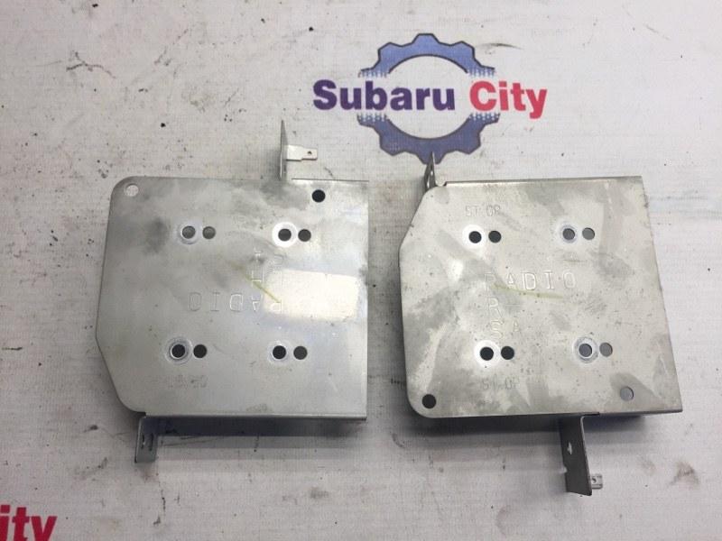 Крепление магнитофона Subaru Forester SG EJ20 2004 (б/у)