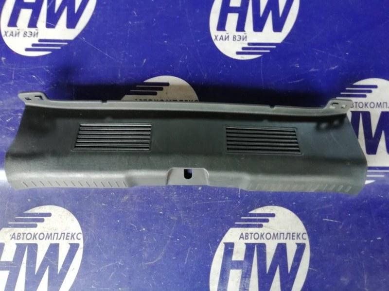 Накладка замка багажника Honda Fit GD1 L13A 2001 (б/у)