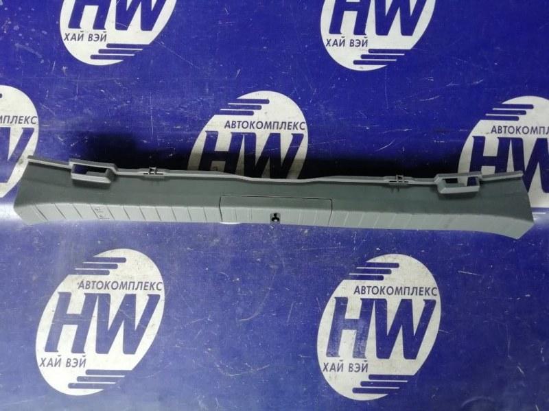 Накладка замка багажника Toyota Prius NHW20 1NZFXE 2007 (б/у)