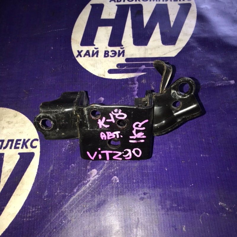 Крепление подушки двс Toyota Vitz KSP90 1KR левое (б/у)