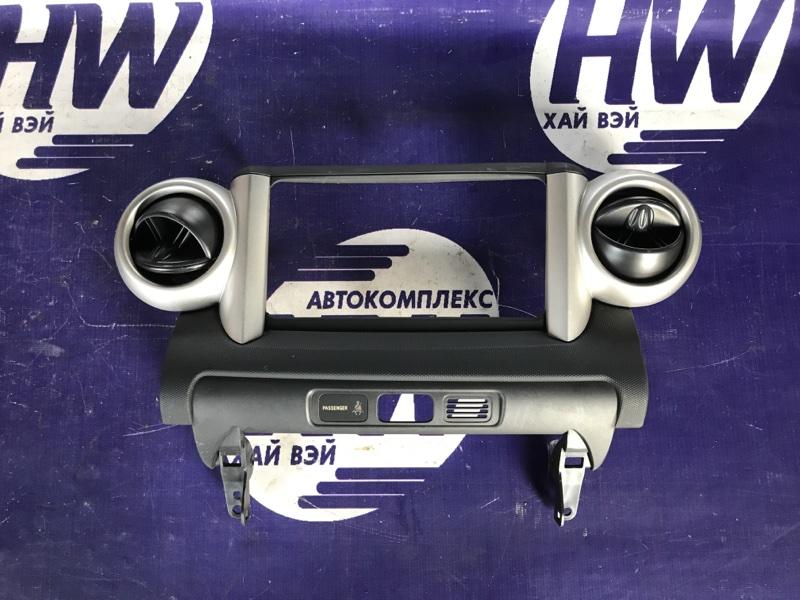 Консоль магнитофона Toyota Ist NCP61 1NZ (б/у)