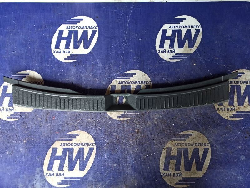 Накладка замка багажника Nissan Wingroad WHNY11 QG18 1999 (б/у)