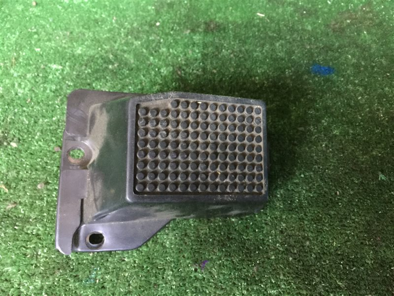 Подставка под ногу Nissan Largo KAJC23 KBC23 KBCC23 KVC23 KVJC23 VAJC23 VVJC23 NW30 VNW30 VW30 W30 KA24DE 1999 (б/у)