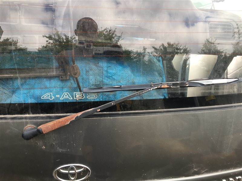 Дворник двери багажника Toyota Granvia RCH11W VCH10 VCH10W VCH16 VCH16W KCH10 KCH10W KCH16 KCH16W 1KZTE задний (б/у)